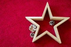 Drewniana gwiazda na czerwonym tle Mieszkanie nieatutowy fotografia royalty free