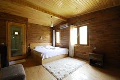 Drewniana hotelowa sypialnia Fotografia Royalty Free
