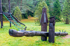 Drewniana huśtawka przy Zieloną łąką Zdjęcia Stock
