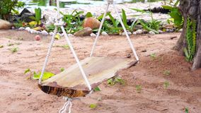 Drewniana huśtawka w ogródzie zdjęcie wideo