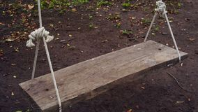 Drewniana huśtawka w ogródzie zbiory wideo