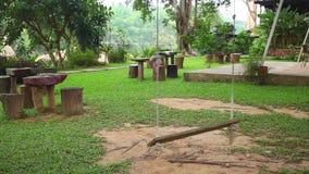 Drewniana huśtawka z arkanami w uprawia ogródek parka zbiory wideo
