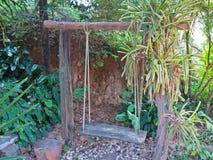 Drewniana huśtawka w ogródzie Obraz Stock