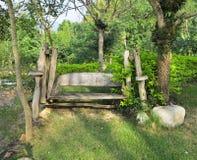 Drewniana huśtawka w ogródzie Zdjęcie Stock
