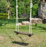 Drewniana huśtawka w ogródzie Zdjęcia Royalty Free