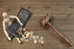 Drewniana Humanitarna figurka, Czarny portfel Z Brytyjski monetami I młoteczek, Zdjęcie Royalty Free