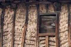 Drewniana i borowinowa ściana i okno Zdjęcie Stock