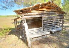 Drewniana jata w rezerwacie przyrody Svansele Dammaenger, poprzednia łąka w Szwecja, Zdjęcia Royalty Free
