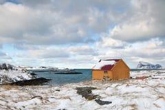 Drewniana kabina morzem w norweskiej scenerii Zdjęcie Royalty Free