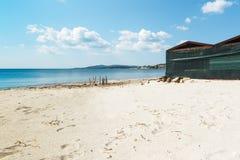 Drewniana kabina w Maria Pia plaży obrazy stock
