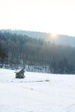 Drewniana kabina w polu z śniegiem w zimie, białej Obrazy Royalty Free