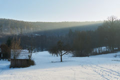 Drewniana kabina w polu z śniegiem w zimie, białej Fotografia Stock