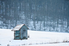 Drewniana kabina w polu z śniegiem w zimie, białej Obrazy Stock