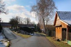 Drewniana kabinowa ścieżki wioska obraz stock