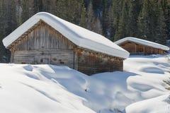 Drewniana kabinowa buda w zima śniegu tle Zdjęcie Stock