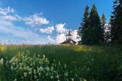 Drewniana kaplica w polu Zdjęcia Royalty Free