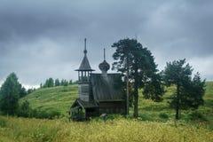 Drewniana kaplica w polu Zdjęcie Royalty Free