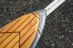 Drewniana kipieli deska na uszczelnionej drodze Zdjęcia Royalty Free