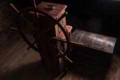 Drewniana klatka piersiowa Obok Sterowniczego steru na pokładzie statek Zdjęcie Stock