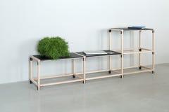 Drewniana konstrukcja z czarnymi tabletops zdjęcie royalty free