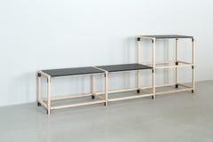 Drewniana konstrukcja z czarnymi tabletops fotografia royalty free