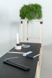 Drewniana konstrukcja z czarnymi tabletops obrazy stock