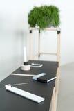 Drewniana konstrukcja z czarnymi tabletops zdjęcie stock