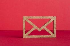 Drewniana kopertowa ikona na czerwonym tle Zdjęcie Stock