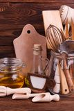 Drewniana kuchnia wytłacza wzory zakończenie na brown tle Obrazy Stock
