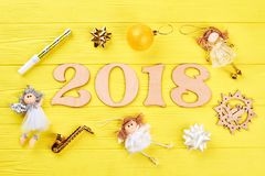 Drewniana liczba 2018 i boże narodzenie ornamenty Obrazy Stock
