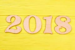 Drewniana liczba 2018 na drewnianym żółtym tle Fotografia Royalty Free