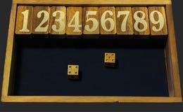 Drewniana loteria liczbowa z dwa dices Fotografia Royalty Free