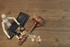 Drewniana Ludzka figurka, Czarny portfel Z Brytyjski monetami I młoteczek, Obrazy Stock