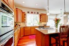 Drewniana luksusowa wielka kuchnia z czerwienią i granitem. zdjęcia royalty free