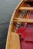 Drewniana mała łódka i czerwoni paddles zdjęcia stock
