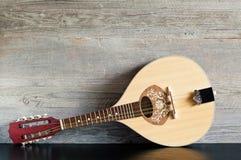 Drewniana mandolina na Czarnym stole Zdjęcia Stock