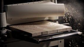 Drewniana maszynowa proces deska Zamyka up z latającym trociny zdjęcie wideo