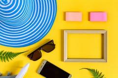 Drewniana obrazek rama i setu przedmiota wakacje relaksujemy na kolorowym p Obrazy Stock