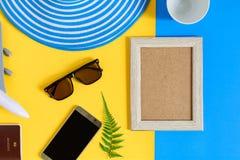 Drewniana obrazek rama i setu przedmiota wakacje relaksujemy na kolorowym p Zdjęcie Royalty Free