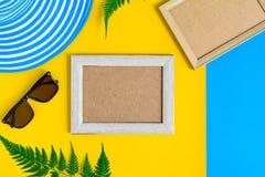 Drewniana obrazek rama i setu przedmiota wakacje relaksujemy na kolorowym p Zdjęcia Royalty Free