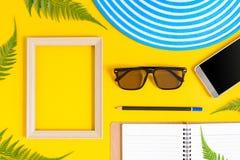 Drewniana obrazek rama i setu przedmiota wakacje relaksujemy na kolorowym p Obraz Stock
