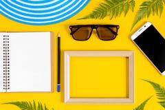 Drewniana obrazek rama i setu przedmiota wakacje relaksujemy na kolorowym p Zdjęcie Stock