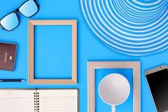 Drewniana obrazek rama i setu przedmiota wakacje relaksujemy na kolorowym p Fotografia Royalty Free
