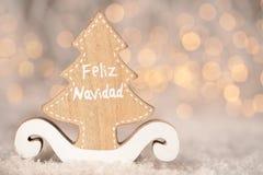 Drewniana ornament wycinanka w formie sosny wesoło boże narodzenia - przekładowy tekst Feliz Navidad - fotografia royalty free