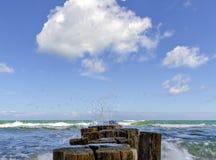 Drewniana pachwina i falisty morze obrazy stock