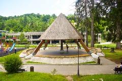 Drewniana pergola na dzieciaka boisku w pięknym parku w balneary kurorcie z kopalnym termicznym wodnym Baile Olanesti Rumunia obraz stock