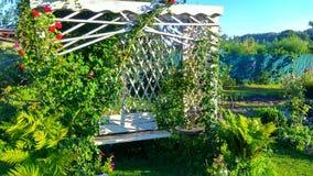 Drewniana pergola w ogródzie zdjęcie royalty free