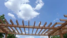 Drewniana pergola w parku zdjęcie wideo