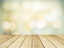 Drewniana perspektywa i zamazany abstrakcjonistyczny tło z bokeh Zdjęcia Royalty Free