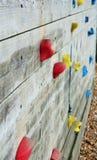 Drewniana pięcie ściana z jaskrawymi barwionymi stopa chwytami Zdjęcia Royalty Free